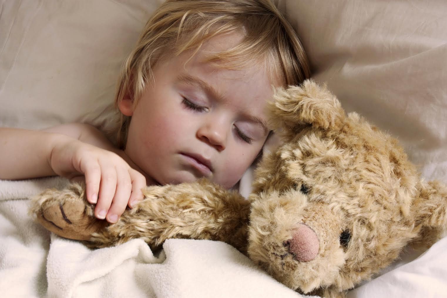 Кроме того, беспокойный сон может быть связан со скачком развития: дочь просит взять ее на руки или дать ей ручку.
